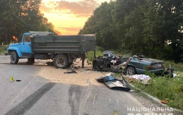 В Винницкой области легковушка столкнулась с грузовиком, двое погибших