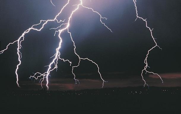 От удара молнии загорелась школа в Ровенской области