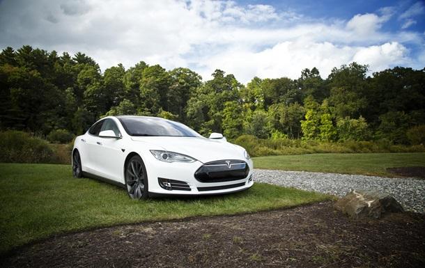 Автопилот Tesla считает луну желтым сигналом светофора
