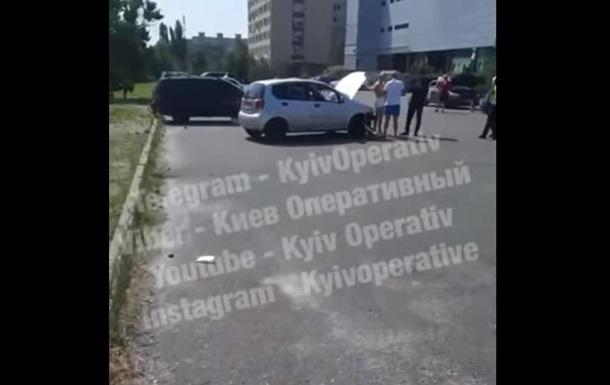 В Киеве ребенок за рулем Tesla устроил ДТП
