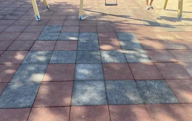 На дитячому майданчику в Кременчуці плитку поклали свастикою