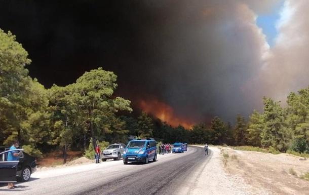 В Анталії лісові пожежі підібралися до міст