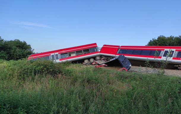 В Польше поезд врезался в грузовик и сошел с рельсов, есть пострадавшие