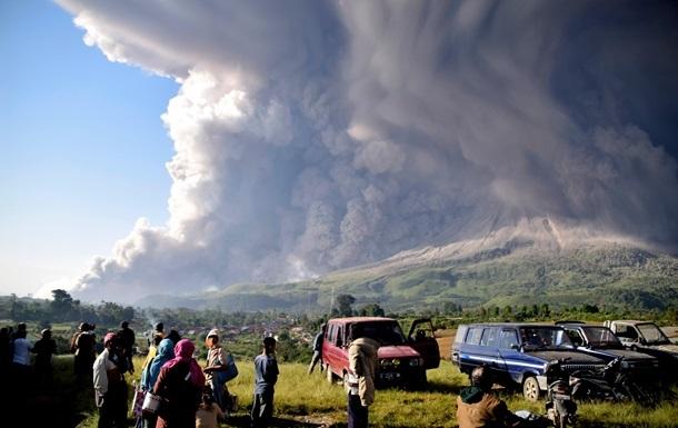 На Суматре вулкан засыпал города пеплом