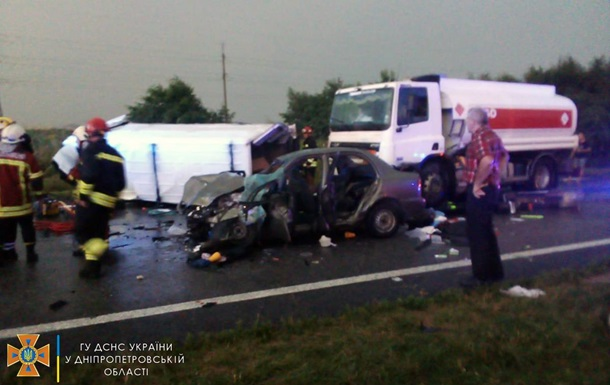 В Днепропетровской области столкнулись четыре авто: есть жертва