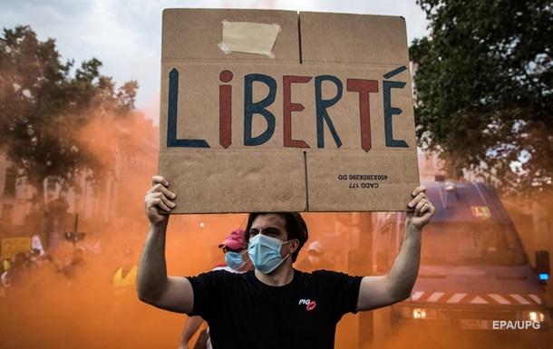 Во Франции значительно ограничили права непривитых
