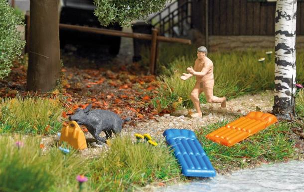 У ФРН випустили фігурки на честь нудиста, який бігав за кабаном-злодієм