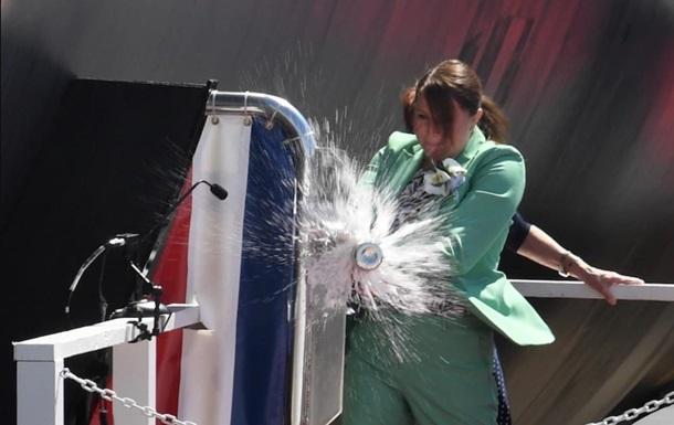 На крещении подлодки в США бутылку шампанского разбили с третьего раза