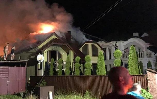 На Закарпатье после удара молнии в дом начался пожар