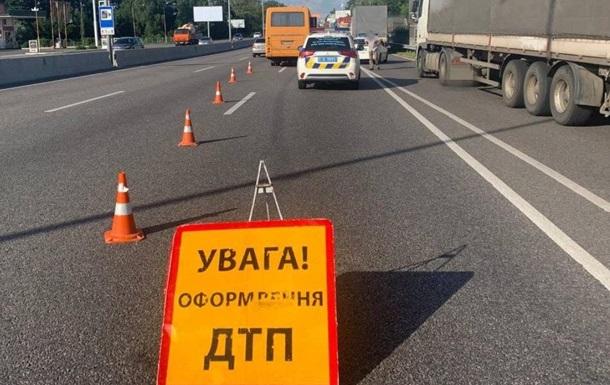Під Києвом автобус з пасажирами зіткнувся з вантажівкою, є постраждалі