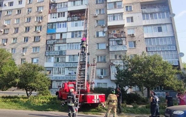 У Бердянську жінка, випавши з дев ятого поверху, зачепилася за підвіконня