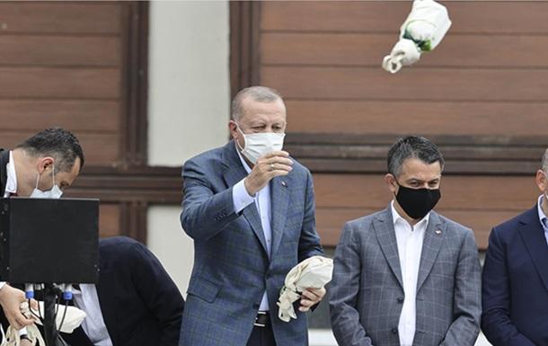 Эрдоган забросал погорельцев чаем: в Сети появились мемы