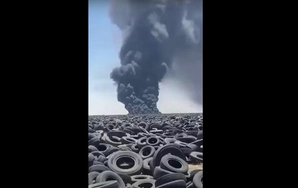 У Кувейті пожежа на найбільшому у світі звалищі покришок