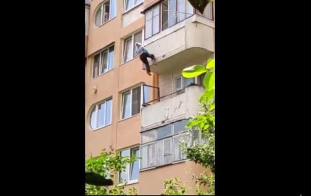 На Тернопільщині пенсіонерка випала з п ятого поверху і застрягла на мотузках