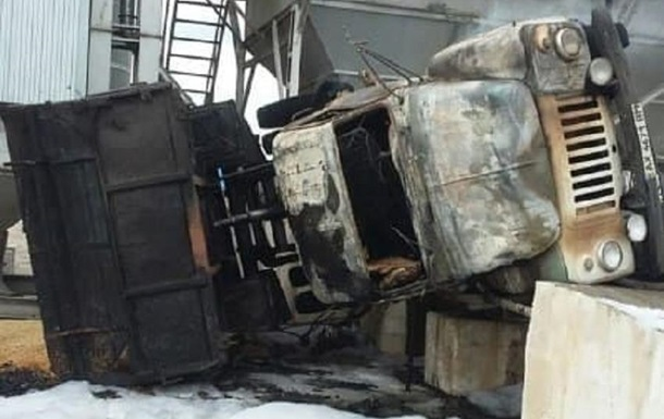 Под Харьковом грузовик с зерном  перевернулся и загорелся, есть погибший