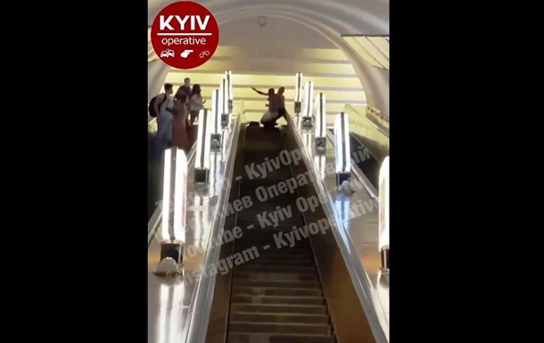 На ескалаторі метро Києва побилися пасажири