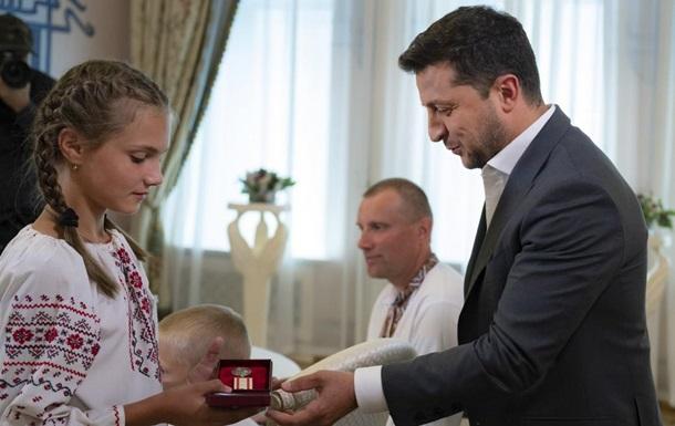 Зеленский вручил медаль девочке с Закарпатья