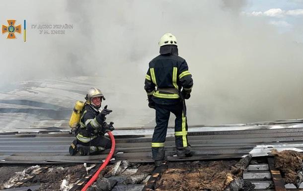 У Києві загасили велику пожежу на складі