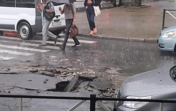 Хмельницький затопила злива з градом