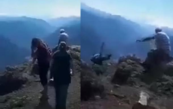 Падіння туристки зі скелі потрапило на відео. 18+