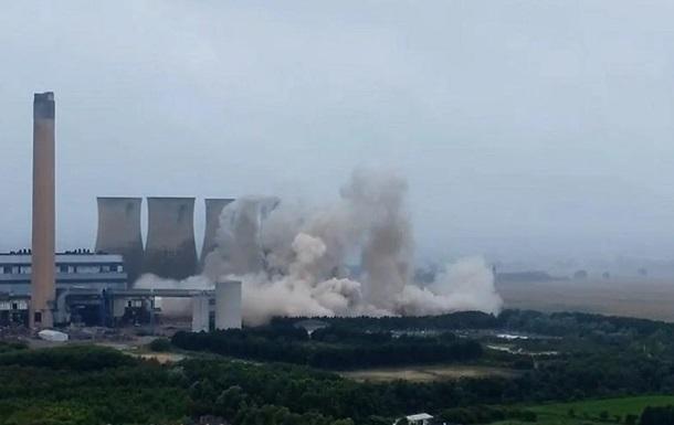 В Британии взрывом снесли башни старой ТЭЦ