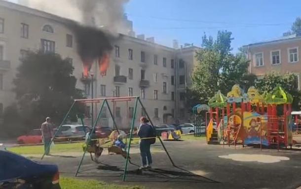 В РФ діти каталися на гойдалці біля будинку, що горів