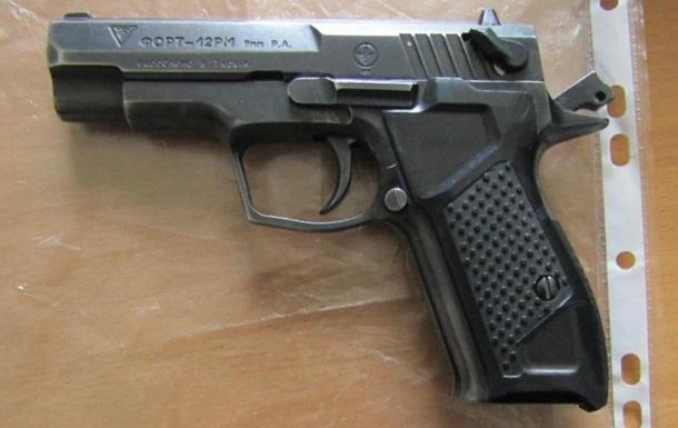 Навів пістолет: під Києвом побилися працівники КП