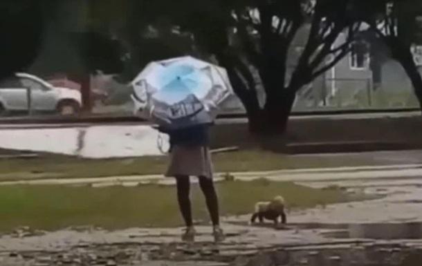 Мати вигулювала дитину під час дощу в одному підгузку