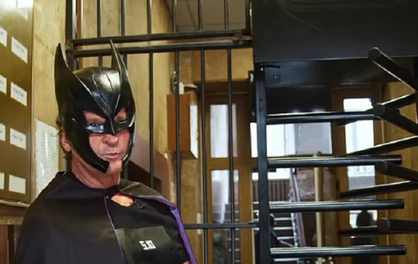 Экс-нардеп пришел в полицию в костюме Бэтмена