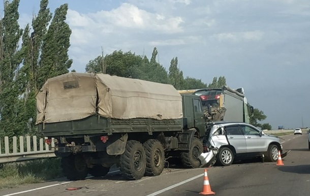 Під Миколаєвом військова вантажівка протаранила три авто-учасники ДТП