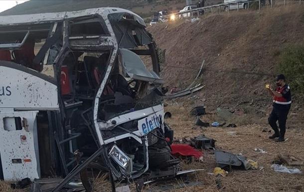 У Туреччині при перекиданні автобуса загинули 14 людей