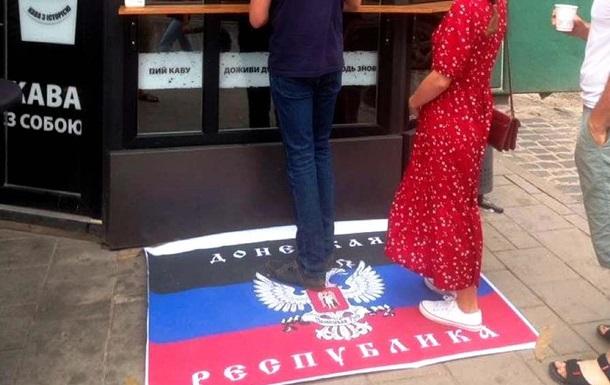 За призначенням : у кав ярні Львова біля входу постелили прапор  ДНР
