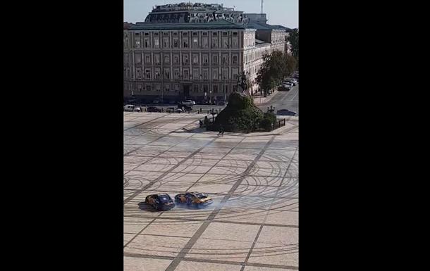 На Софійській площі у Києві влаштували дрифт