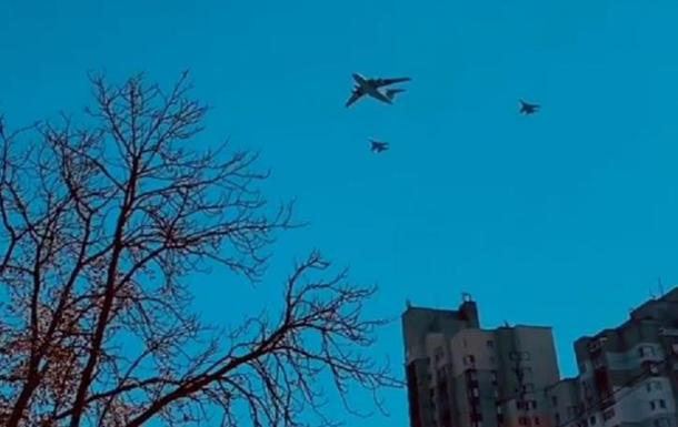 В небе над Киевом пролетела военная авиация