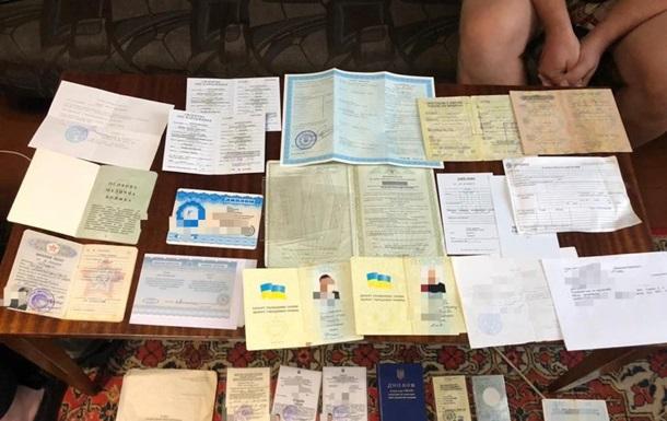 Правоохоронці припинили виготовлення підроблених документів
