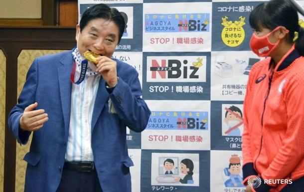 Японской чемпионке Олимпиады заменят медаль из-за укуса мэра