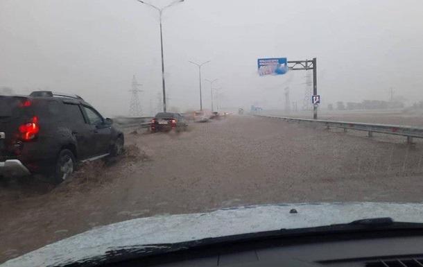 У Криму затопило трасу до  кримського моста