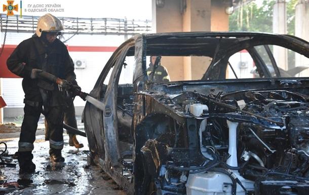 В Одессе на неработающем заводе сгорели шесть авто