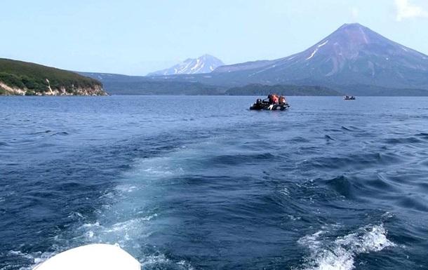 Вертоліт, що впав в озеро на Камчатці, виявили