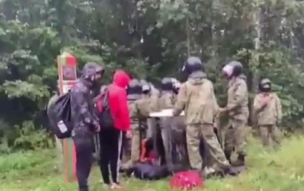 Латвия показала, как белорусские силовики вытесняют мигрантов