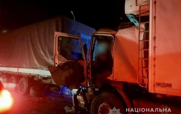 У Миколаєві водій вантажівки в їхав у фуру, є загиблий