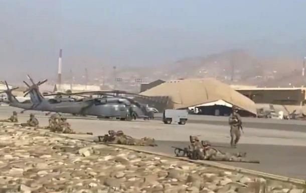 Аэропорт Кабула не принимает самолеты, тысячи людей пытаются вылететь