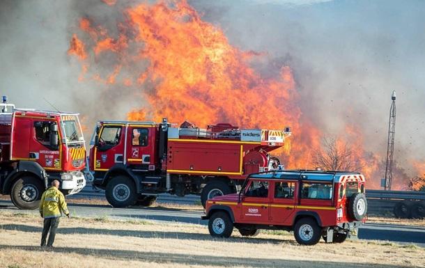 На півдні Франції лісові пожежі гасять сотні пожежників