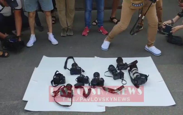 В Киеве у МВД проходит акция поддержки избитого журналиста