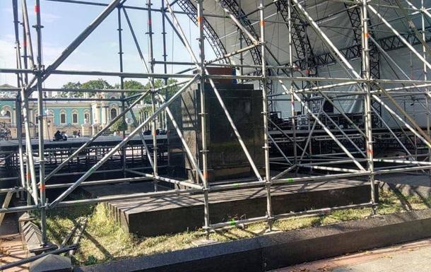 День Незалежності: у Києві звели сцену на братській могилі