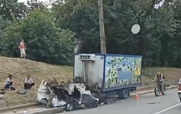 У Харкові фургон відірвався від кабіни і врізався в авто