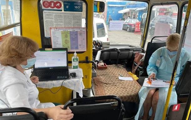 Появились фото вакцинации в автобусе Киева