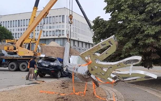 В Херсоне флагшток упал на Lexus чиновника, отвечавшего за установку - СМИ