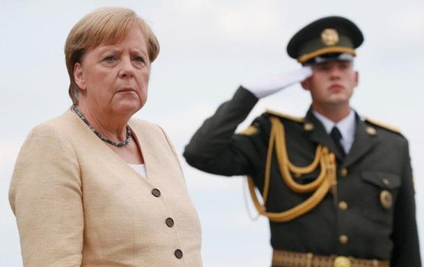 Меркель у Києві поклала квіти до Могили Невідомого Солдата