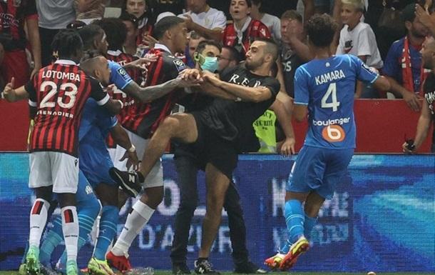 Фанати Ніцци прорвалися на поле, щоб розібратися з гравцем Марселя